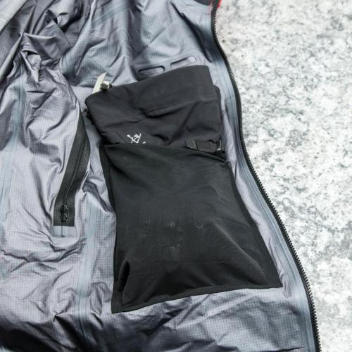 Internal dump pocket: Ski Guide Jacket only